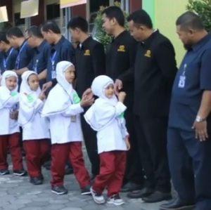 """Hari Pertama Sekolah, SD Muhammadiyah Condongcatur """"Salaman"""" Berjemaah"""