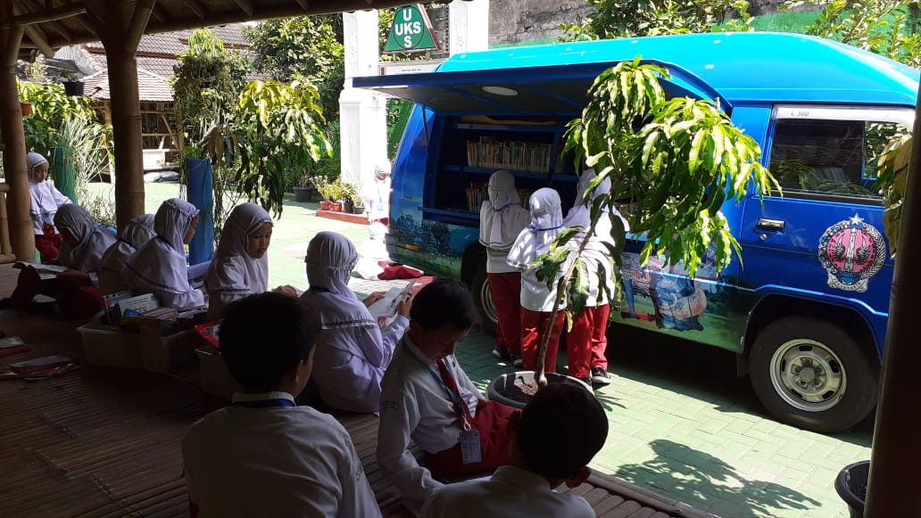 Giatkan Budaya Literasi Para Siswa SD Muhammadiyah Condongcatur Membaca Buku di Mobil Perpustakaan Keliling dari BPAD DIY
